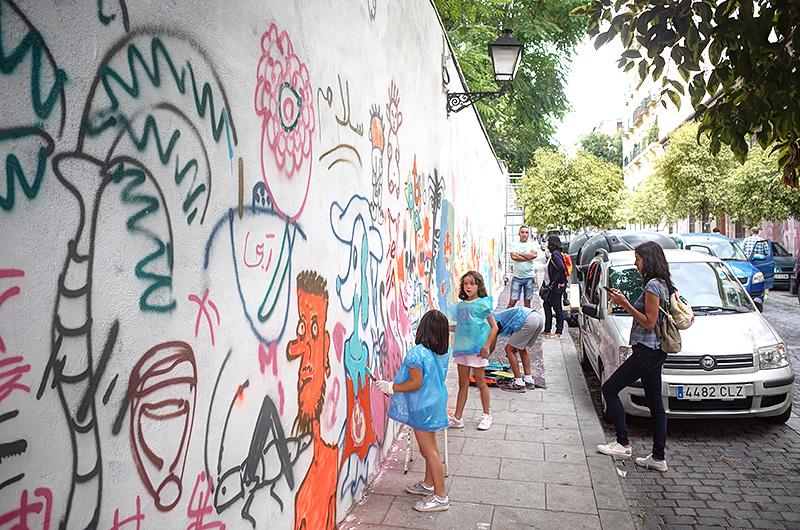 通りとの境界を成す壁面のペインティングアート